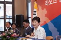 박 대통령, 라오스 동포 대표 접견해 격려하고 라오스 진출 기업 지원 강화 약속